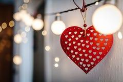 Coeur rouge avec du vieux bois de vintage sur le bokeh de photo de fond Images libres de droits