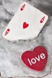 Coeur rouge avec l'as des coeurs dans la neige Photographie stock libre de droits