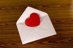 Coeur rouge avec l'enveloppe rose Image libre de droits