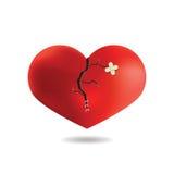 Coeur rouge avec la fente et le plâtre, sur le fond blanc, Photo stock