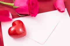 Coeur rouge avec la rose rose d'enveloppe et de rouge Photo stock
