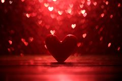 Coeur rouge avec le fond de coeur de bokeh Image libre de droits