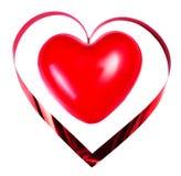 Coeur rouge avec le ruban de fête d'isolement sur le fond blanc. Vale Photos stock