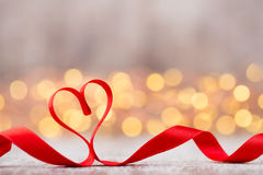 Coeur rouge avec le ruban Fond de jour de valentines Image libre de droits
