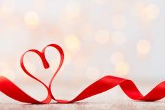 Coeur rouge avec le ruban Fond de jour de valentines Photo stock