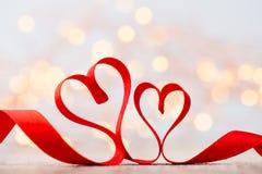 Coeur rouge avec le ruban Fond de jour de valentines Photos stock