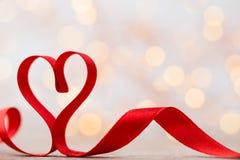 Coeur rouge avec le ruban Fond de jour de valentines Photos libres de droits