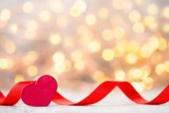 Coeur rouge avec le ruban Fond de jour de valentines Images stock