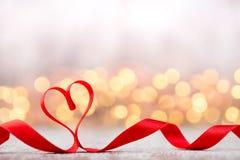 Coeur rouge avec le ruban Fond de jour de valentines Photographie stock