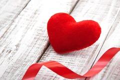Coeur rouge avec le ruban sur la table en bois blanche rustique Fond de Saint-Valentin et de jour de mère Photo stock