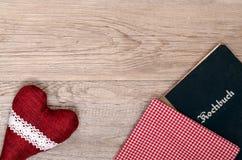 Coeur rouge avec le tissu à carreaux et le livre Photo libre de droits