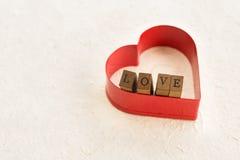 Coeur rouge avec les lettres d'amour en bois Photos libres de droits