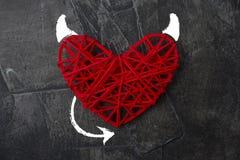 Coeur rouge avec un klaxon et une queue du thème de diable pour le jour du ` s de Valentine Image stock