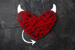 Coeur rouge avec un klaxon et une queue du thème de diable pour le jour du ` s de Valentine Mariage, amour Photo stock