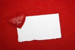 Coeur rouge avec une inscription et une feuille de papier blanche Photographie stock libre de droits