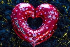 Coeur rouge brillant sur le fond noir photographie stock libre de droits