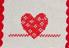Coeur rouge brodé dans le point croisé Photographie stock libre de droits