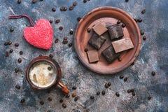 Coeur rouge, café chaud et bonbons au chocolat sur un fond rustique Jour du `s de Valentine Vue supérieure photographie stock libre de droits