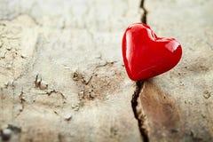 Coeur rouge coloré de valentines sur le vieux bois rustique Photographie stock