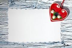 Coeur rouge coloré sur le livre blanc de vintage Photos libres de droits