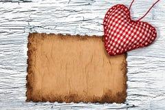 Coeur rouge coloré sur le papier de vintage Photo libre de droits