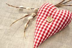 Coeur rouge cousu fait maison d'amour de coton avec la brindille de saule de ressort Images libres de droits