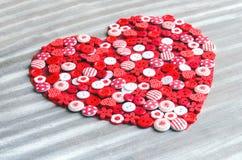 Coeur rouge couvert de boutons colorés Photographie stock libre de droits