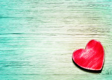 Coeur rouge décoratif sur le fond en bois bleu Photographie stock