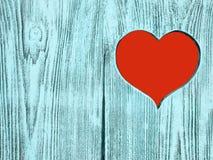 Coeur rouge découpé dans un conseil en bois Fond Photo libre de droits