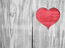 Coeur rouge découpé dans un conseil en bois Fond Carte postale, valentine Photo libre de droits