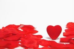Coeur rouge d'amour et pétales roses Image stock