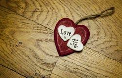 Coeur rouge d'amour sur le bois Photo stock
