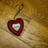 Coeur rouge d'amour sur le bois Image stock