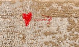 Coeur rouge d'amour tiré par la main sur le mur de briques Image libre de droits