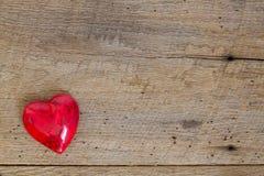 Coeur rouge d'onyx sur le bois de grange Photos libres de droits