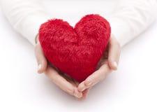 Coeur rouge dans des mains Photographie stock libre de droits