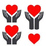Coeur rouge dans des mains Images libres de droits