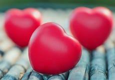 Coeur rouge dans l'amour de la Saint-Valentin avec du bois Fond Images stock