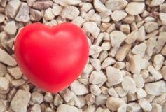 Coeur rouge dans l'amour de la Saint-Valentin avec le fond en pierre blanc Photo stock