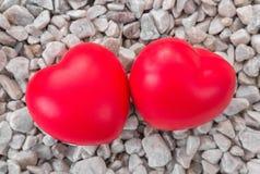 Coeur rouge dans l'amour de la Saint-Valentin avec le fond en pierre blanc Images stock