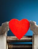 Coeur rouge dans l'outil vice Image libre de droits