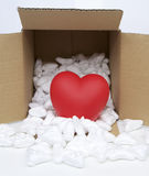 Coeur rouge dans la boîte de paquet de courrier avec la mousse de styrol Photo stock