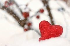 Coeur rouge dans la neige Image libre de droits