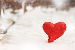 Coeur rouge dans la neige Photographie stock libre de droits