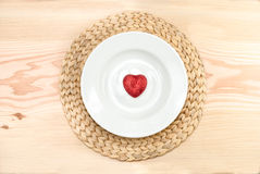 Coeur rouge dans la plaque Photos stock