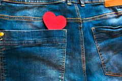 Coeur rouge dans la poche arrière de blues-jean Photo libre de droits