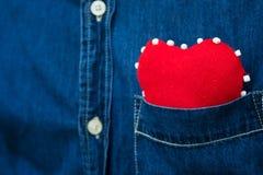 Coeur rouge dans la poche de la chemise de men's Photo stock