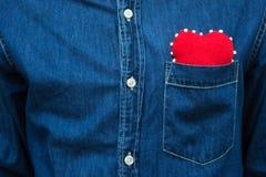 Coeur rouge dans la poche de la chemise de men's Photo libre de droits