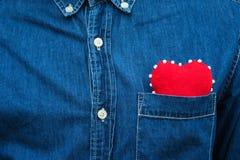 Coeur rouge dans la poche de la chemise de men's Photos stock