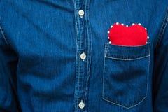 Coeur rouge dans la poche de la chemise de men's Image libre de droits
